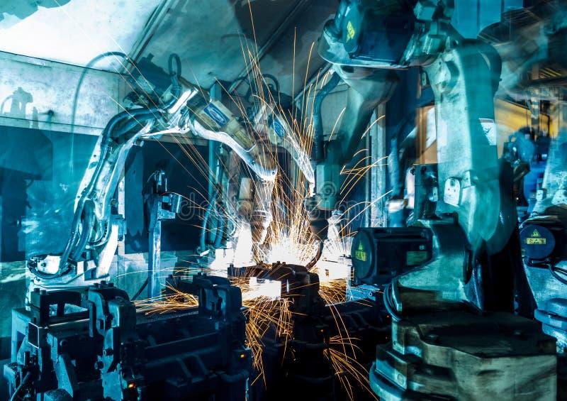 De beweging van de lassenrobot in een autofabriek stock foto's