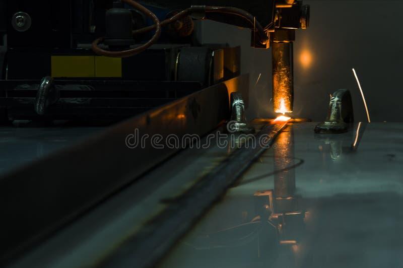 De beweging van lassenrobots in een autofabriek royalty-vrije stock afbeeldingen