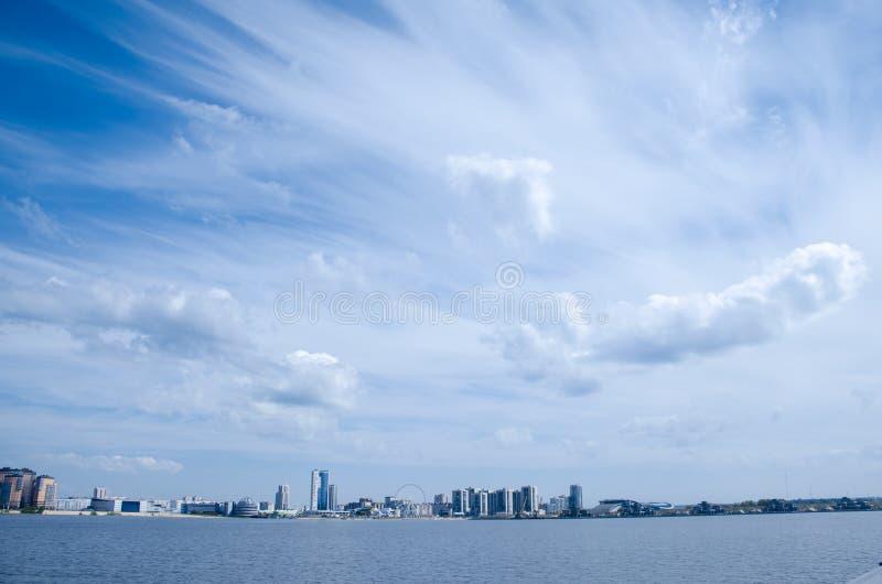 De beweging van wolken in de hemel over de stad stock fotografie