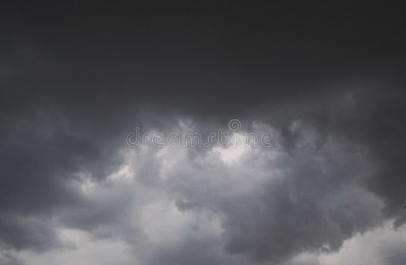 De beweging van zwarte wolken vóór regen, Onweerswolkengebied stock afbeeldingen