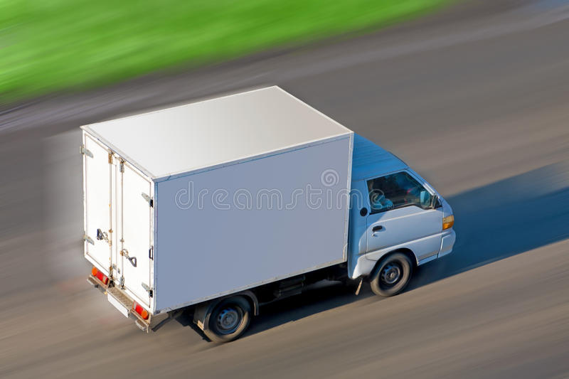 De bewegingen van de vrachtwagen op weg royalty-vrije stock foto