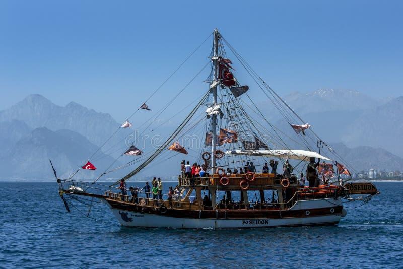 De bewegingen van een cruiseboot door Antalya-Baai in Turkije stock afbeelding