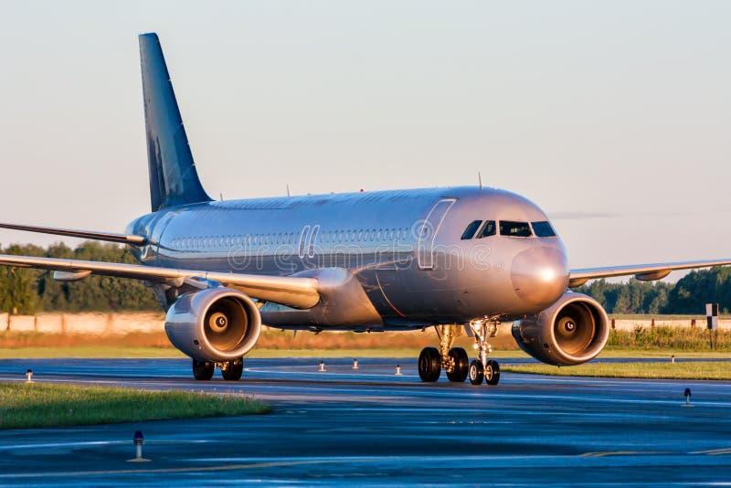 De bewegingen van het passagiersvliegtuig bij de taxibaan stock afbeelding