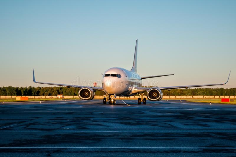 De bewegingen van passagiersvliegtuigen bij de taxibaan stock fotografie