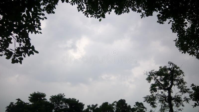 De bewolkte hemel kijkt zeer mooi stock foto's