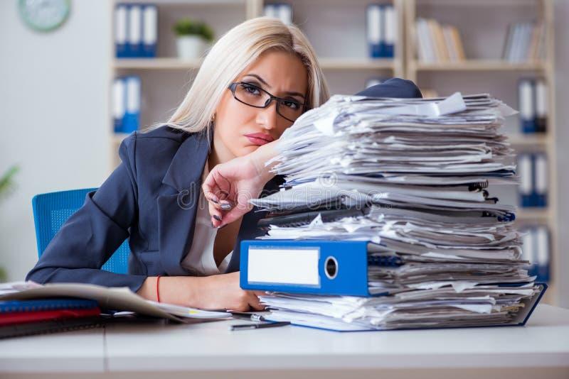 De bezige onderneemster die in bureau bij bureau werken royalty-vrije stock afbeelding