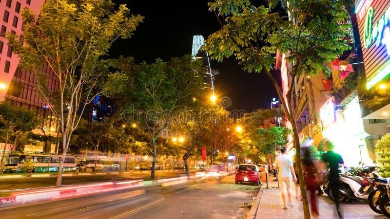 De bezige straten van Ho Chi Minh City bij nacht stock afbeeldingen