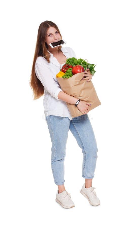 De bezige zak van de vrouwengreep met gezond voedsel, geïsoleerde kruidenierswinkelkoper stock afbeelding