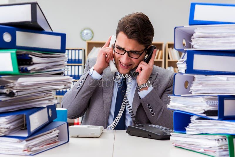 De bezige zakenman onder spanning toe te schrijven aan het bovenmatige werk royalty-vrije stock fotografie