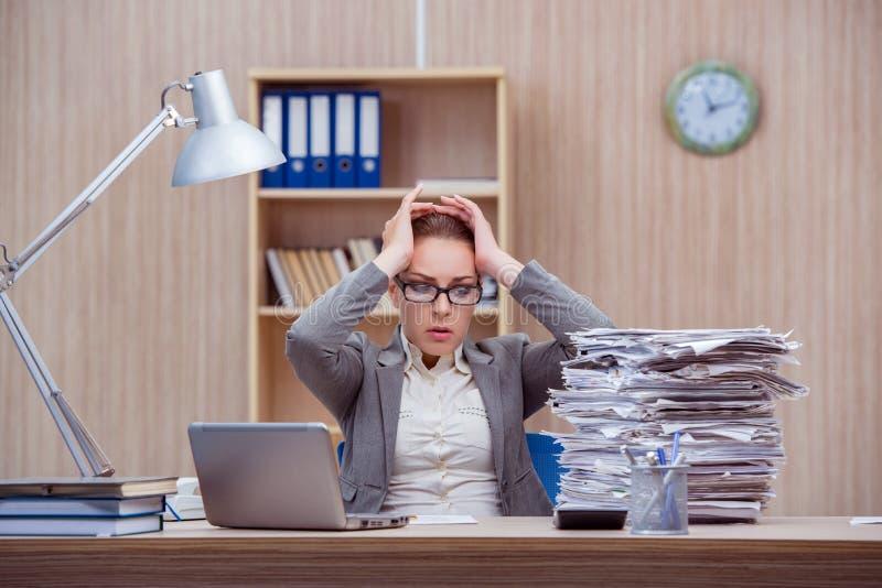 De bezige zware vrouwensecretaresse onder spanning in het bureau stock fotografie