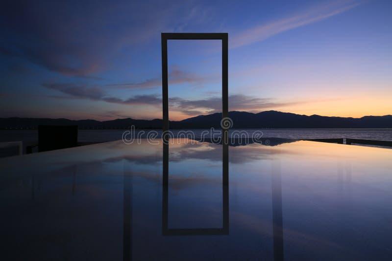 De bezinning in het meer van zonsopgang stock foto
