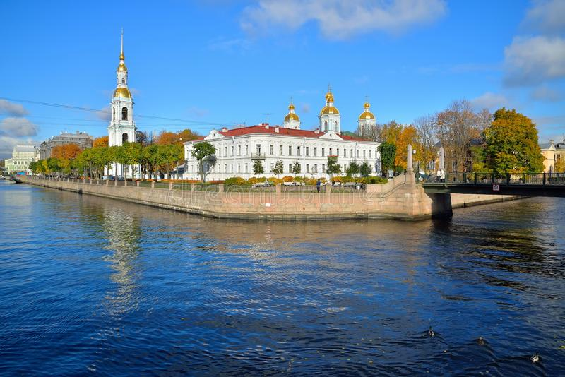 De bezinning in het water van Kryukov-kanaal Orthodoxe St Ni stock afbeelding