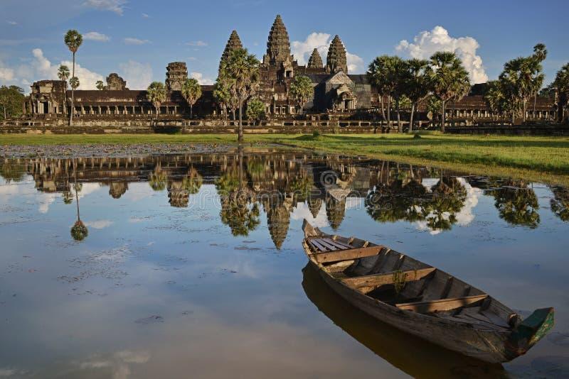 De bezinning van Angkorwat in lotusbloemvijver met boot op avond, Siem oogst, Kambodja stock afbeelding