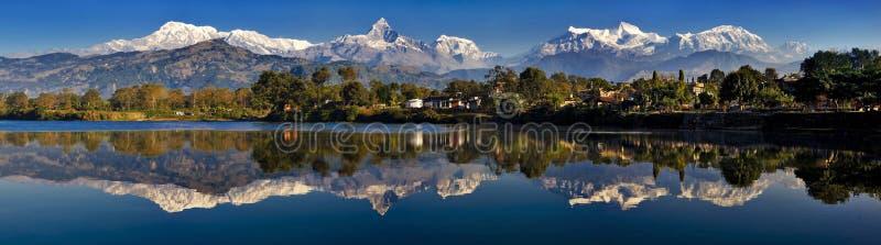 De bezinning van bergen stock afbeeldingen