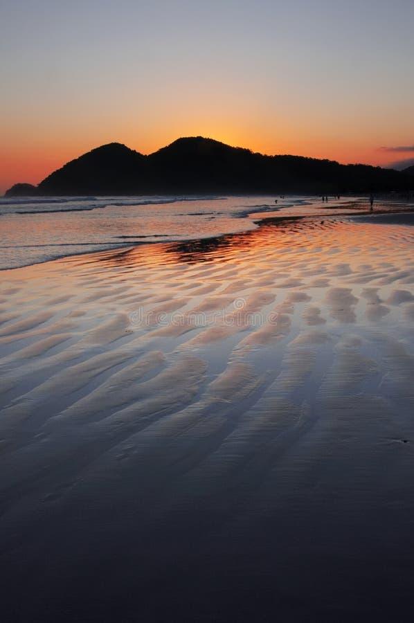 De Bezinning van de zonsondergang in de Oceaan stock afbeelding