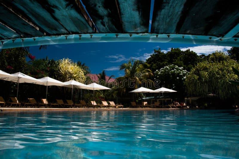De bezinning van de zwembadbrug royalty-vrije stock fotografie
