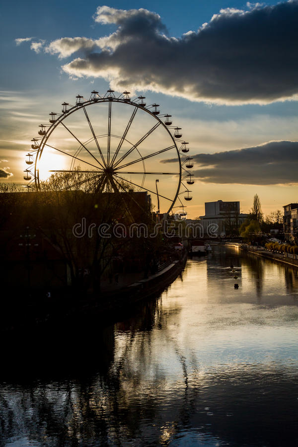 De bezinning van Funfair in rivier bij zonsondergang royalty-vrije stock afbeeldingen