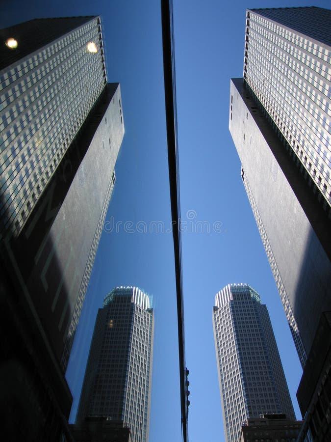 De bezinning van gebouwen in glasvensters stock foto