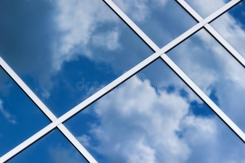 De bezinning van hemelwolken in de bureaubouw glasvenster royalty-vrije stock foto's