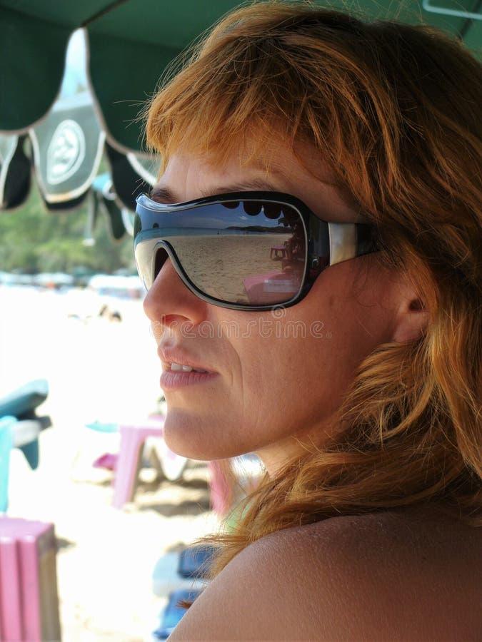 De bezinning van het overzees in het glazenmeisje stock afbeelding
