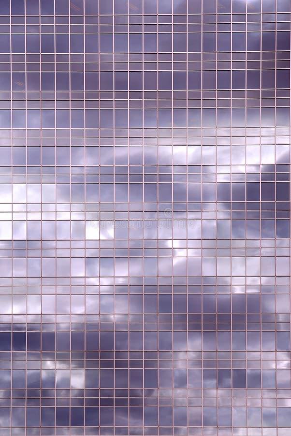 De bezinning van wolken in de bureaubouw royalty-vrije stock foto