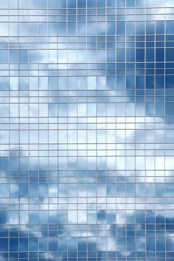 De bezinning van wolken in de bureaubouw stock foto's