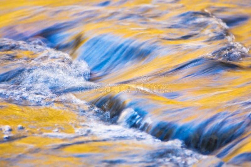 De Bezinningen van de herfst in Water stock foto