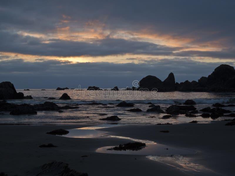 De bezinningen van de zonsondergang over Strand Harris stock afbeeldingen