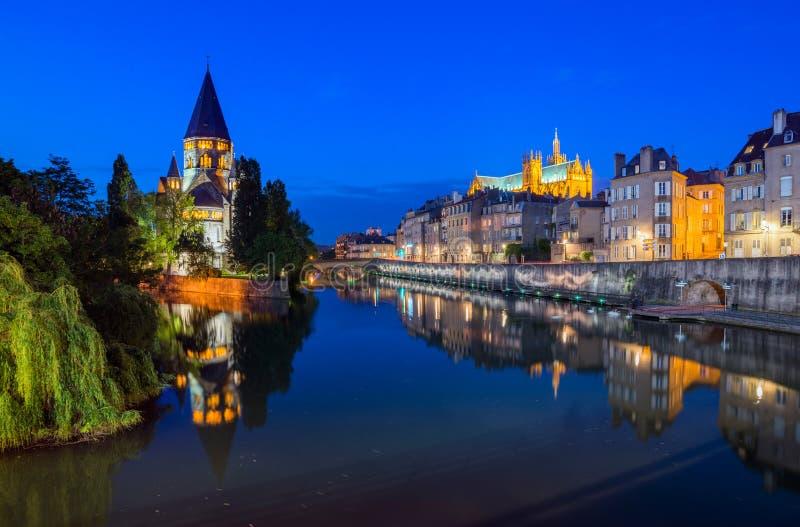 De Bezinningen van Metz bij Nacht stock fotografie