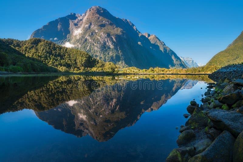 De Bezinningen van Mountain View in Water bij Milford-Geluid royalty-vrije stock foto