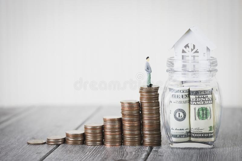 De bezitsinvestering en het financiële concept van de huishypotheek, Huis beschermen, Verzekering Met exemplaarruimte voor uw tek stock afbeeldingen
