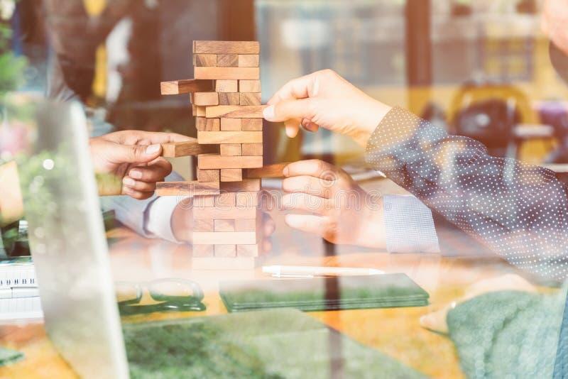 De bezitssector in zaken, handen en een blokhuis royalty-vrije stock afbeelding
