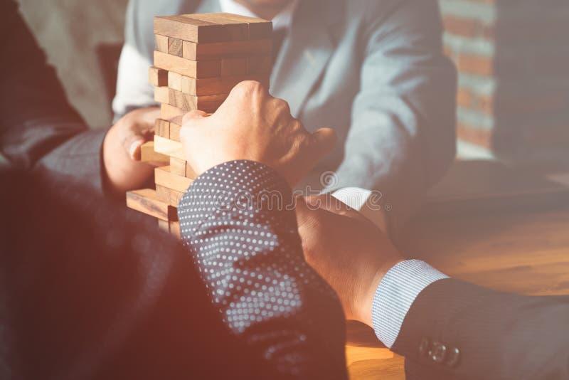 De bezitssector in zaken, handen en een blokhuis stock afbeelding
