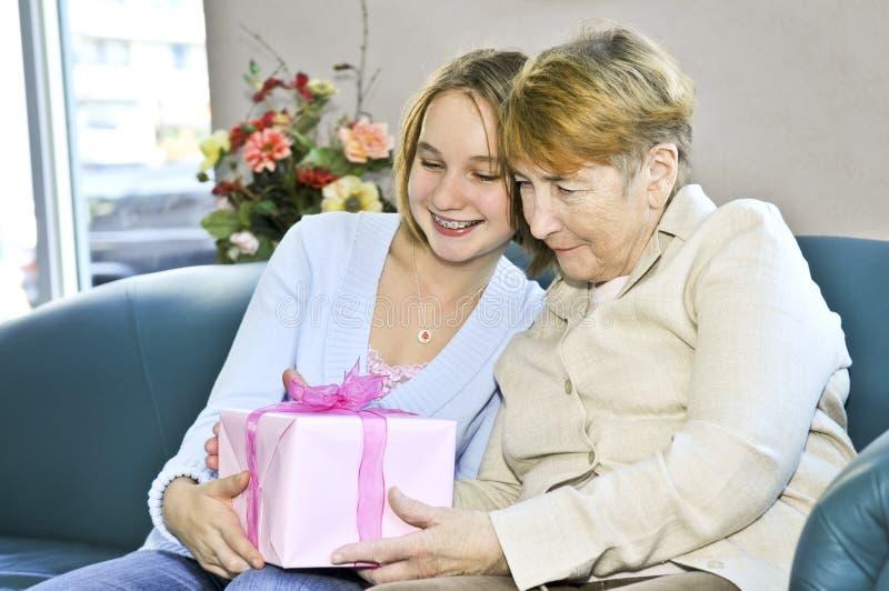 De bezoekende grootmoeder van de kleindochter royalty-vrije stock foto