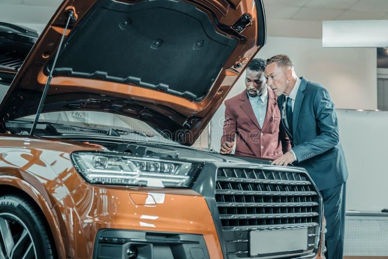 De bezoeker die van de autotoonzaal de bouw van auto onderzoeken royalty-vrije stock foto