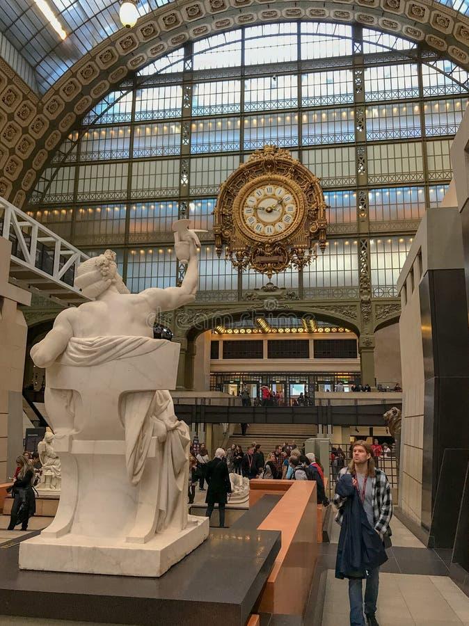 De bezoeker en het standbeeld werken in het beeldhouwwerkzaal van Musee D ` Orsay op elkaar in, Pari royalty-vrije stock foto's