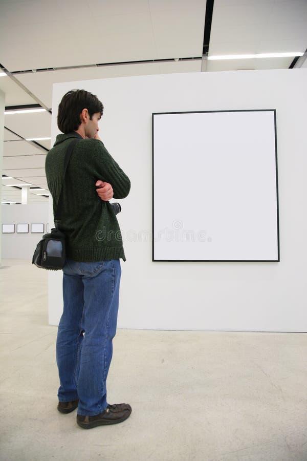 De bezoeker kijkt op frame in toonzaal