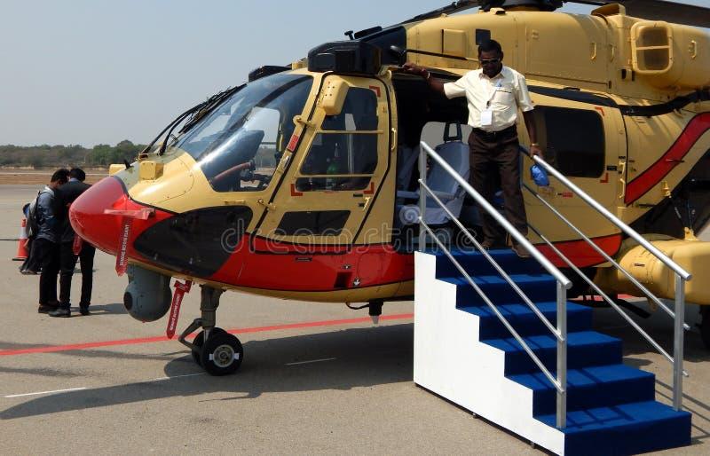 De bezoekers bekijken Helikoptertentoongesteld voorwerp in een burgerluchtvaartgebeurtenis stock afbeelding