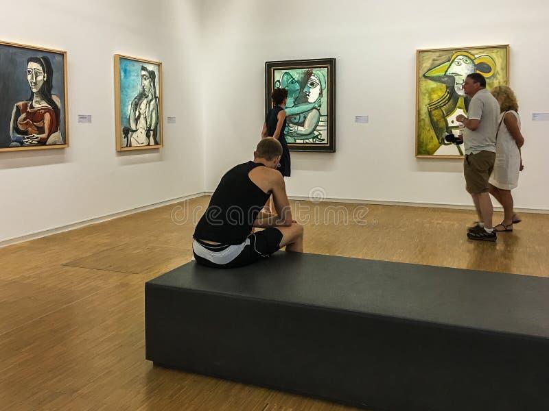 De bezoekers bestuderen de schilderijen van Picasso bij het Centre Pompidou in Parijs royalty-vrije stock afbeeldingen