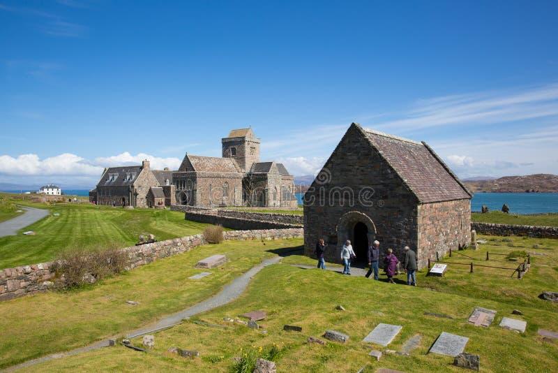 De bezoekers die van Iona Abbey Scotland het UK van mooi de lenteweer genieten bij dit historische oriëntatiepunt op het Schotse  stock foto