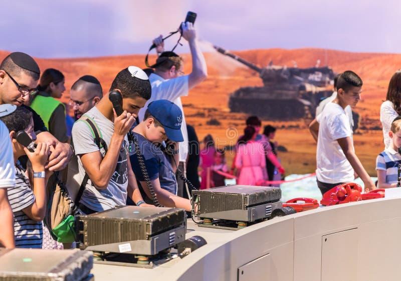 De bezoekers genieten van moderne militaire mededelingen bij de legertentoonstelling ` Onze IDF ` stock foto's