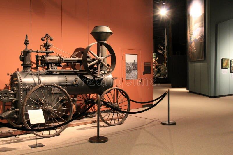 De bezoekers kunnen van tentoongestelde voorwerpen zoals deze die Locomotief genieten, bij het Museum van de Staat, Albany, New Y stock foto's