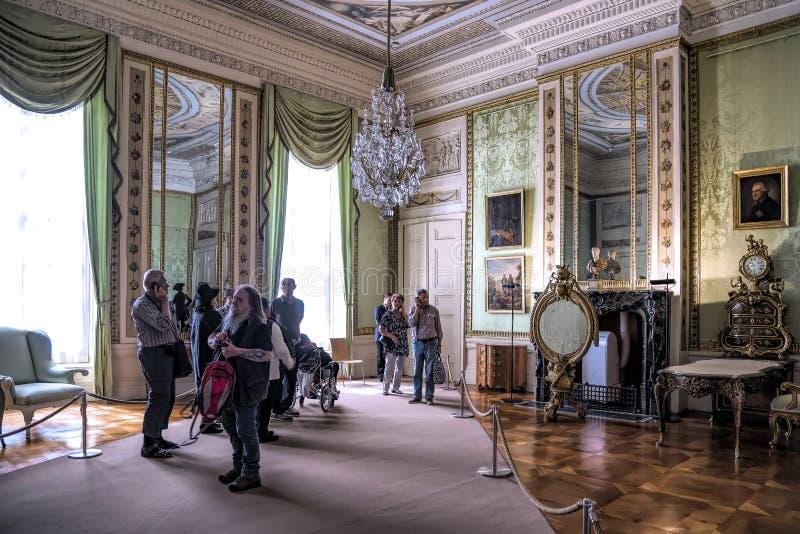 De Bezoekers van Potsdam Berlijn 18-05-2017 aan ` neuepalais ` zonder souci in Potsdam, bewonderen het barokke binnenland van dit stock afbeelding