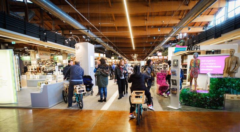De bezoekersgang gaat fiets binnen de grote Italiaanse Wereld Bologna van Fico Eataly van voedseltribunes royalty-vrije stock foto's