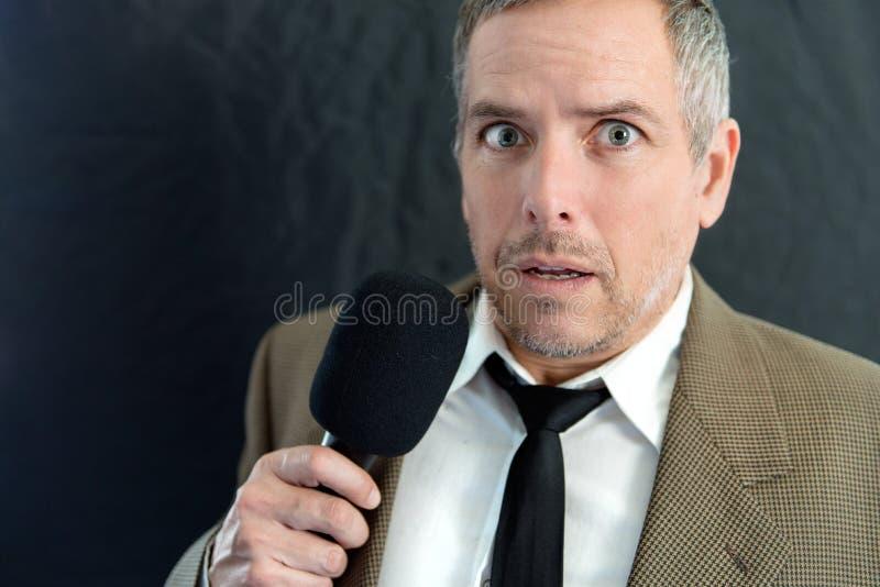 De bezorgde Mens spreekt in Microfoon royalty-vrije stock afbeelding