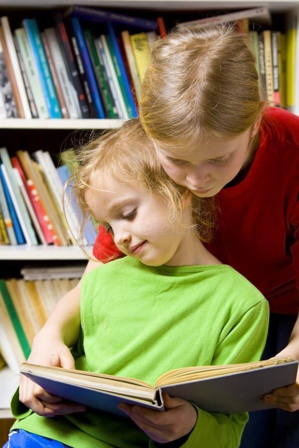 In de bibliotheek stock foto