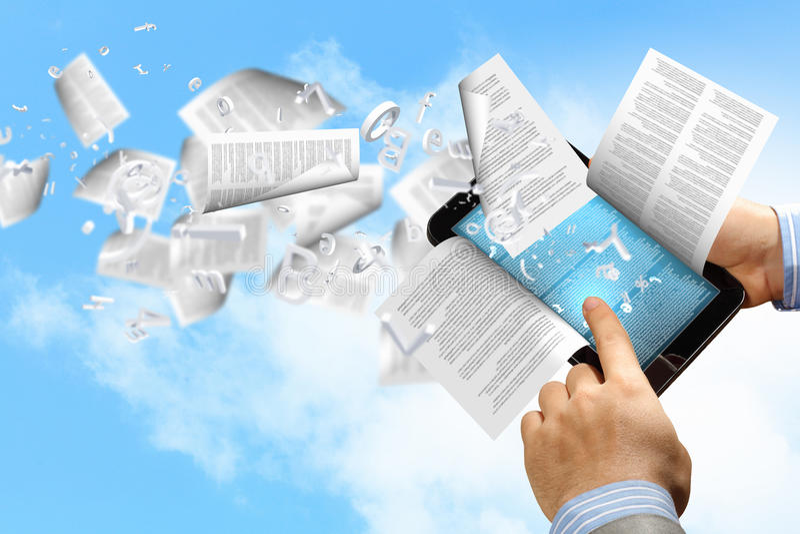 E- boeklezer en boeken royalty-vrije stock foto's
