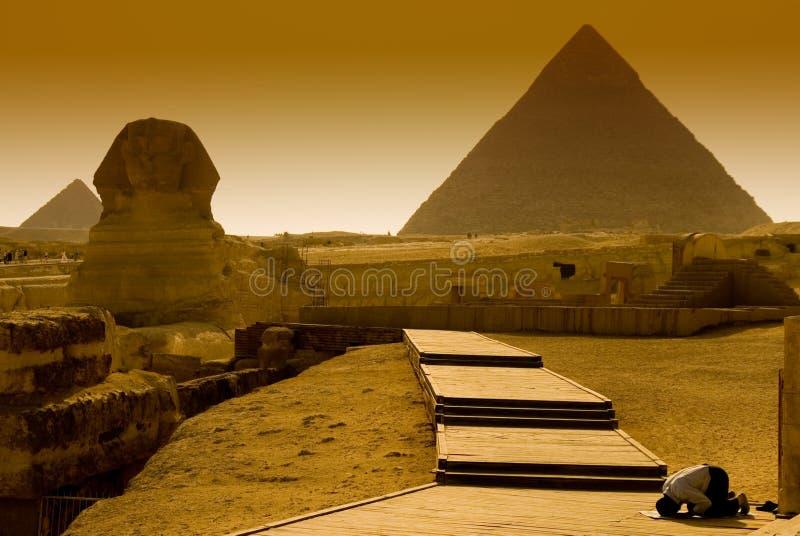 De biddende Egyptenaar bij een piramide in Giza, Egypte royalty-vrije stock fotografie