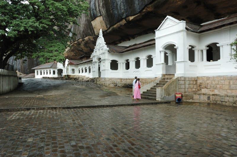 De biddende mensen dichtbij Dambulla hollen complex, Ceylon uit royalty-vrije stock afbeeldingen