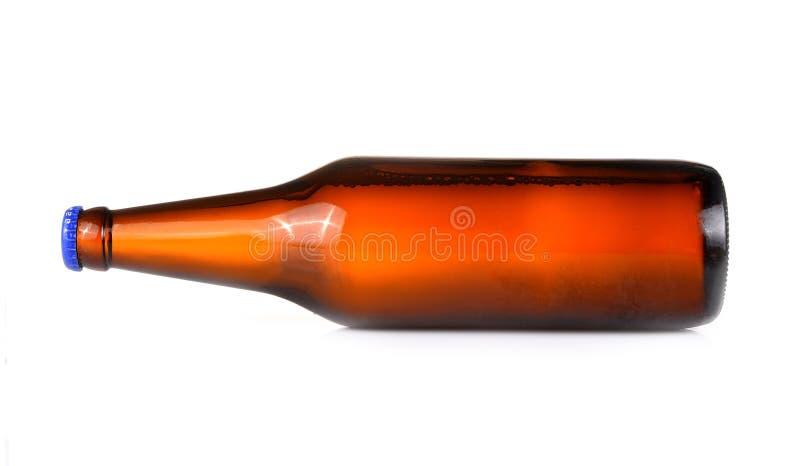 De bierflessen isoleerden horizontaal witte achtergrond stock foto's
